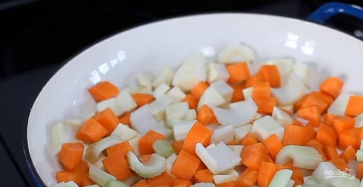 2.  Курицу посолите, поперчите и обваляйте в муке. В чугунной кастрюле в небольшом количестве растительного масла обжарьте овощи. Переложите их в миску.