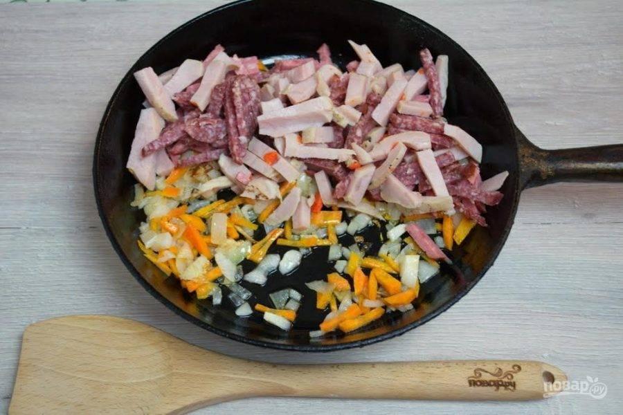 5. На растительном масле обжарьте лук, добавьте морковь. Тушите 10 минут. Добавьте копчености. Тушите 10 минут.