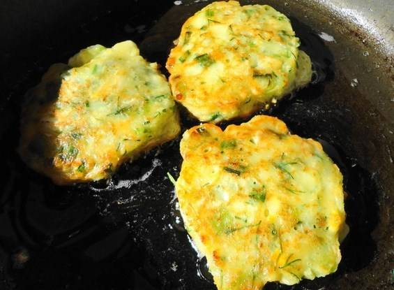 Жарим на разогретой сковороде в масле с двух сторон до золотистого цвета.  Оладьи с зеленью готовы. Приятного аппетита!