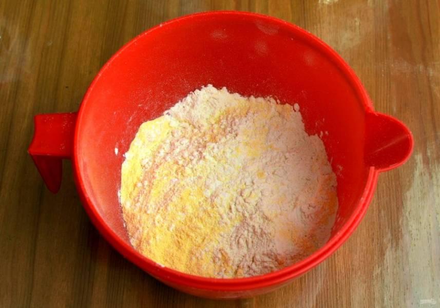 Смешайте в миске сухие ингредиенты. Муку предварительно просейте с разрыхлителем.