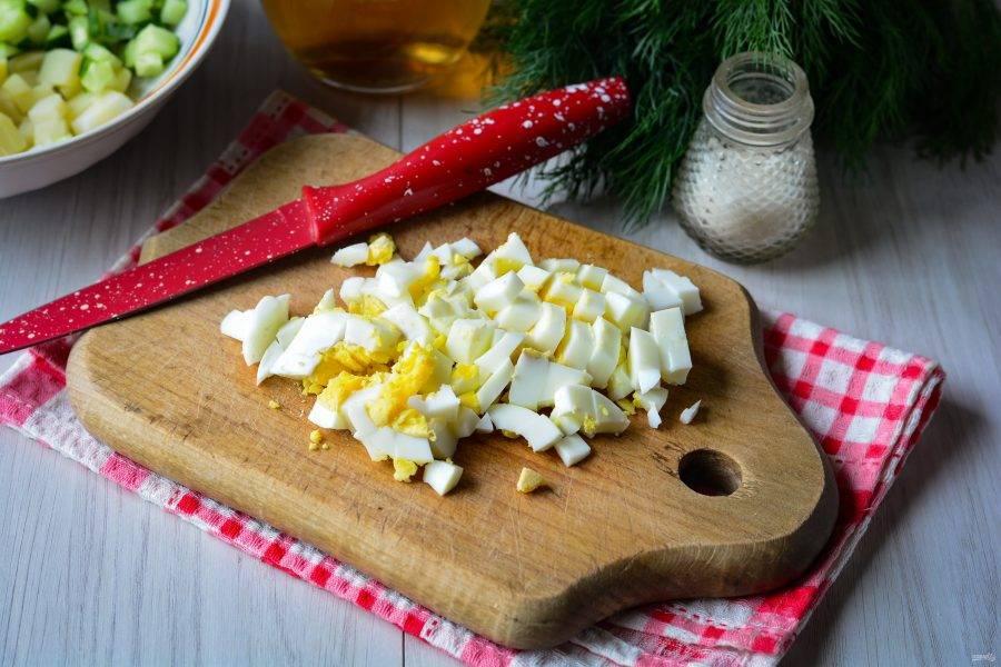Почистите отварные яйца и нарежьте кубиками для супа.