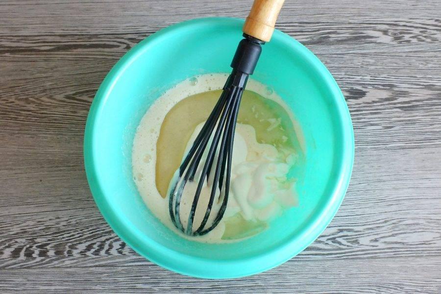 Добавьте растительное масло, сметану. Перемешайте.