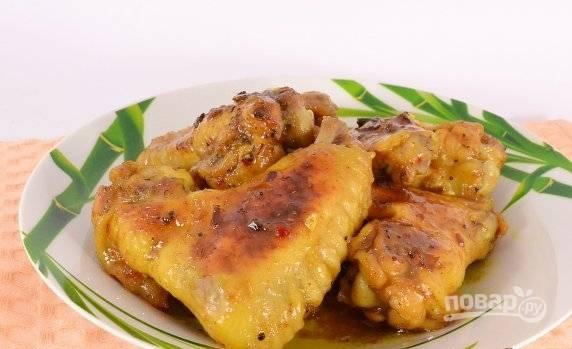 Готовые куриные крылья перемешайте с соусом из чаши и подавайте. Приятного аппетита!