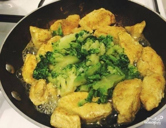 К филе добавьте брокколи, немного потомите под крышкой. Когда блюдо будет почти готово, положите к нему сметану и натрите сверху сыр.