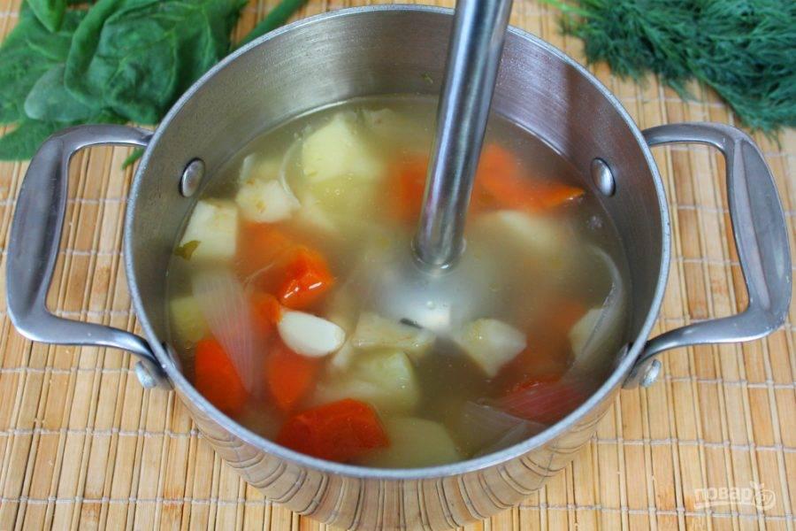 В готовый суп добавляем чеснок и все перемалываем блендером.