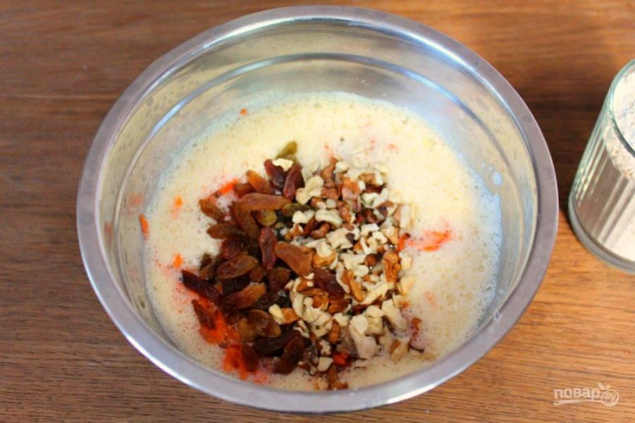 Добавляем изюм и колотые грецкие орехи.