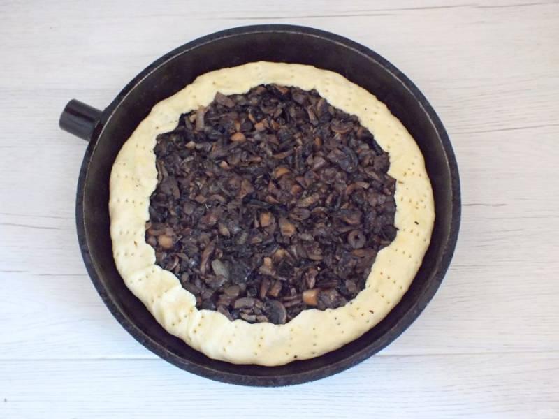 Выложите начинку, края пирога прикройте бортиками. Вилкой сделайте на бортиках проколы. Поставьте выпекаться пирог в разогретую до 180 градусов духовку на 30 минут. Учитывайте особенности вашей духовки!