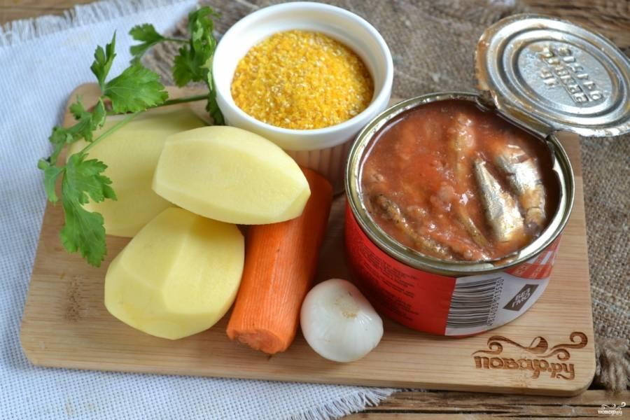 Подготовьте все необходимые ингредиеты. Очистите картофель, лук и морковь.