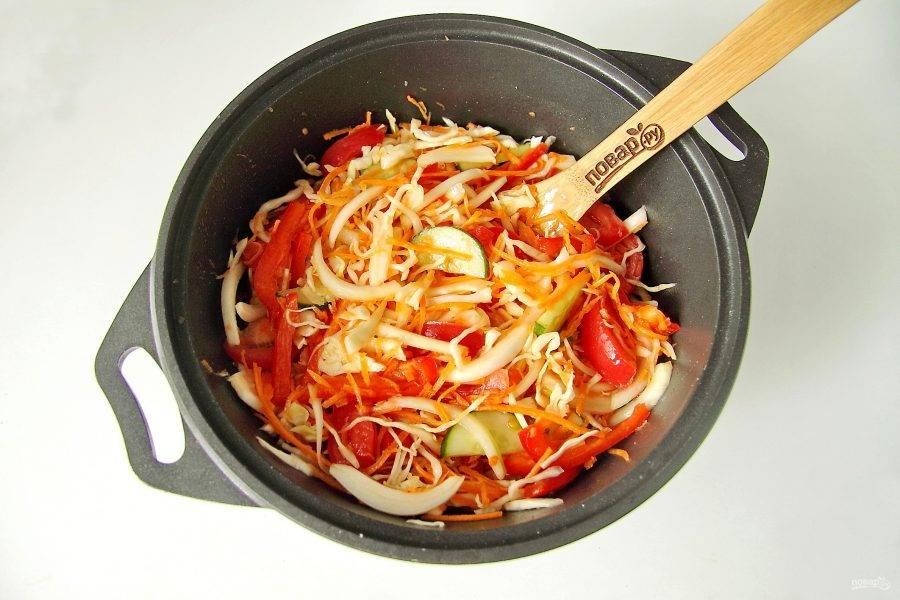 Все перемешайте и оставьте салат на 2 часа. Каждые 30 минут салат необходимо перемешивать.