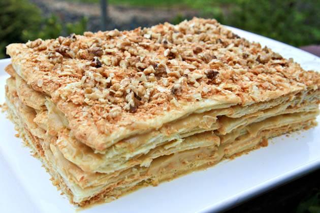 14. По верхнему слою, помимо крема, разбросайте измельченные орехи.