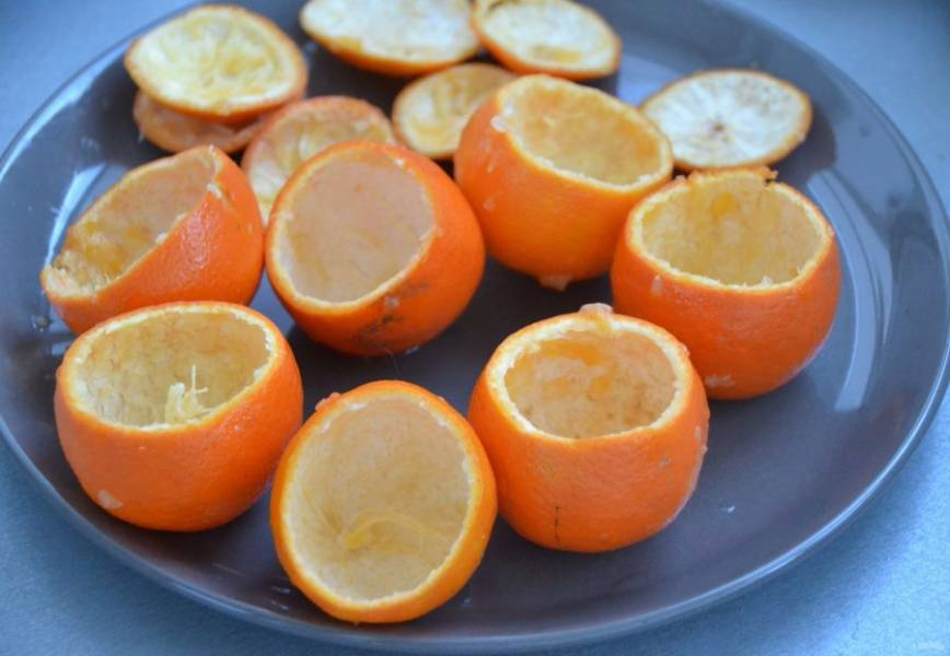Чайной ложкой удалите мякоть из мандаринов.