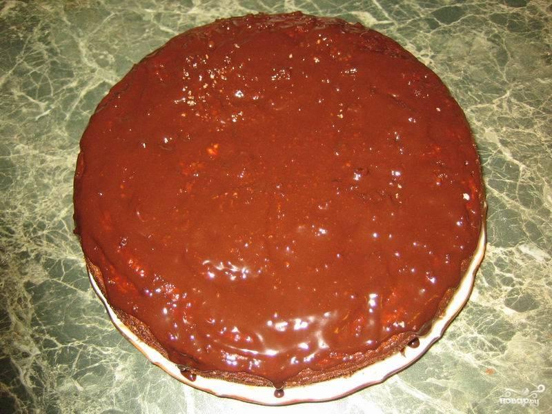 Готовый торт полейте равномерно глазурью. Ее можно нанести кисточкой.
