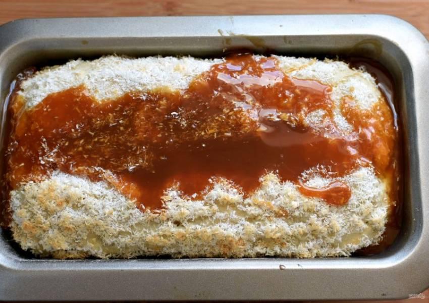 Выпекайте кекс в разогретой до 200 градусов духовке до легкого румянца стружки. Затем достаньте форму из духовки и полейте кекс карамелью. Верните в духовку, понизьте температуру до 180 градусов и выпекайте до готовности. Проверяйте готовность зубочисткой – она должна выходить с небольшим количеством влажных крошек.