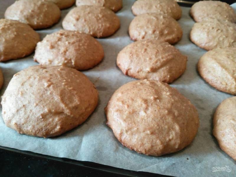 Поместите печенье в разогретую до 170-180 градусов духовку и выпекайте в течение 15-20 минут.