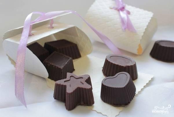 6. Готовые конфеты достаньте из холодильника. Положите их в подготовленную для этого коробочку. Теперь, когда вы знаете, как приготовить конфеты с начинкой, угостите ими своих близких. Удивите их нежным вкусом домашних конфет, приготовленных с любовью!