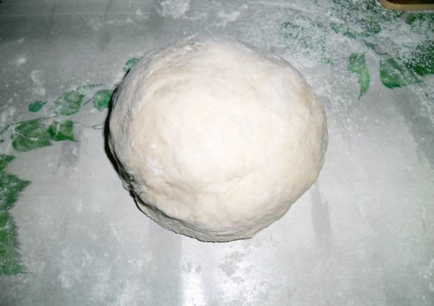 Муку просеиваем и вливаем в нее дрожжевую смесь, замешиваем тесто, постепенно вливая оставшиеся пол стакана теплой воды. Тесто должно быть тугим и эластичным, немного прилипать к рукам.