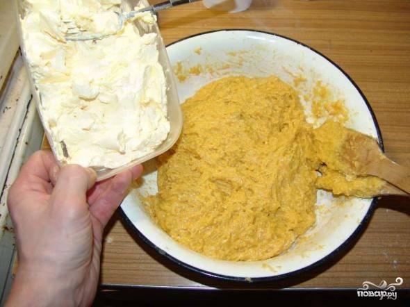 6. После небольшими порциями вмешивайте в тесто сливочное масло (можно использовать и качественный маргарин).