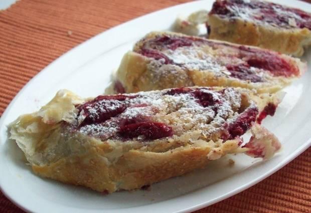 6. Даем штруделю немного остыть и нарезаем его на части. Перед подачей десерт можно украсить сахарной пудрой или полить вишневым джемом.