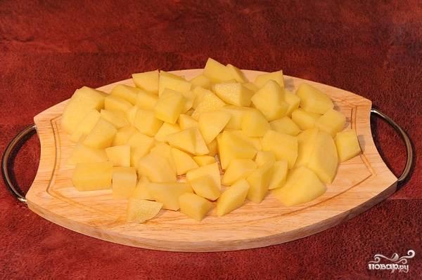 2.Очистите картофель от кожуры, порежьте его кубиками среднего размера.