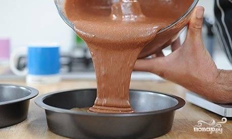 Залейте тесто в заранее подготовленные формы для запекания. Выпекайте при 180 градусах в течении 40 минут. Готовность проверяйте зубочисткой, при выходе она должна быть сухой.