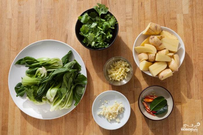 Подготовьте ингредиенты: картошку почистите и порежьте четвертинками (если картошка молодая, можете ее даже не чистить), Капусту бок-чой порежьте пополам, чеснок и имбирь мелко порубите или измельчите в чеснокодавке. Кинзу порежьте крупно.
