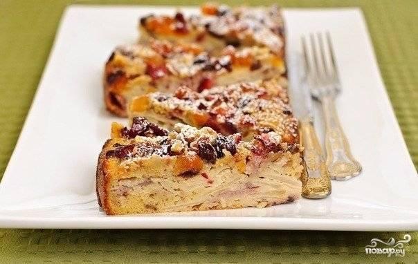 8. Вот такой аппетитный пирог получился в результате. Подавать к столу его можно со сметаной. Приятного чаепития!