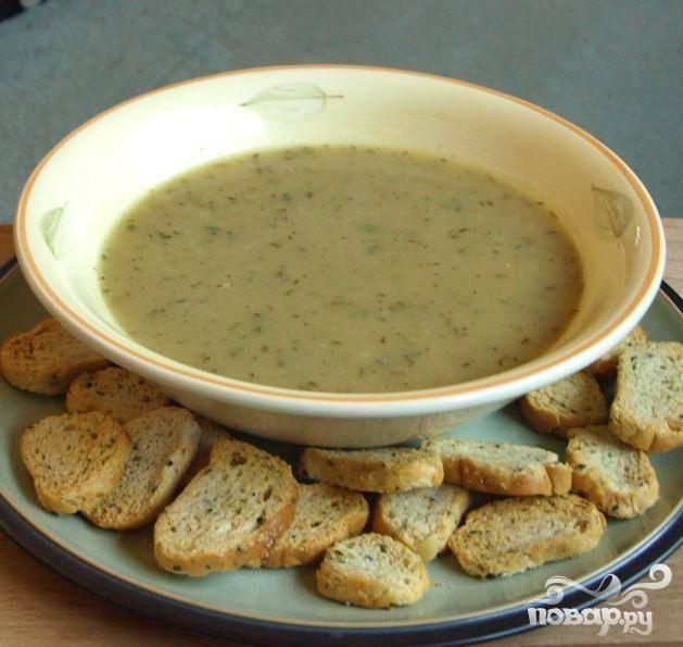 4.Если  у Вас есть блендер или кухонный комбайн, используйте его, чтобы превратить суп в суп-пюре. После разогреть. Можно также раздавить содержимое кастрюли вручную при помощи специального инструмента. Подавать с гренками или французским багетом. Можно замораживать