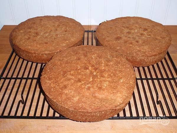 Первым делом приготовьте три бисквитных коржа по своему любимому рецепту. Можете взять и готовые магазинные изделия.