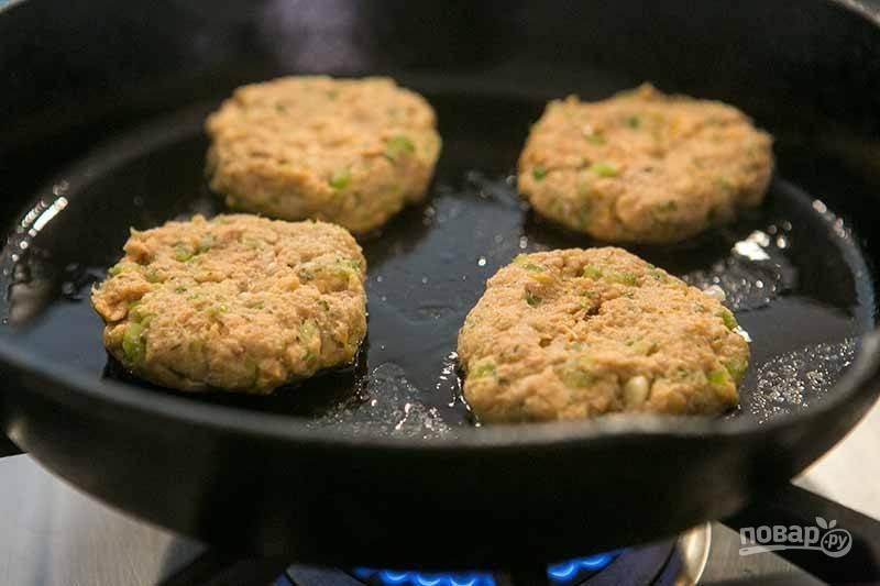 3.Разогрейте сковороду с растительным маслом, затем выложите котлеты.