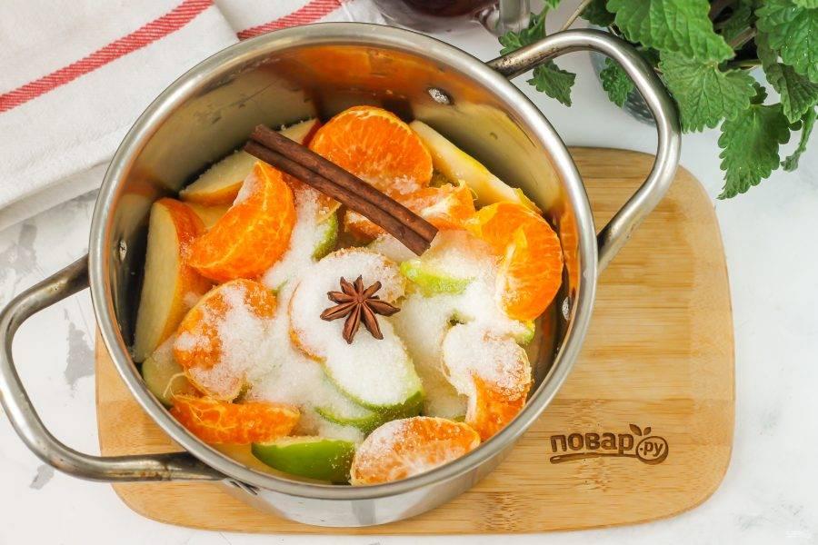 Высыпьте в кастрюлю к фруктам сахарный песок, добавьте палочки корицы и бадьян. Можно заменить палочки молотой корицей.