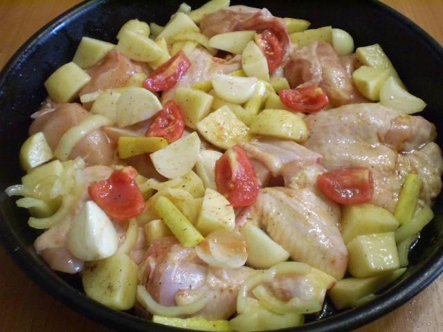 5. Сложить в глубокий противень курицу с овощами, полить маслом, перемешать хорошо. Можно влить немного воды или накрыть фольгой, как удобно. Ставим противень в духовку при температуре 250 градусов на 40 минут.