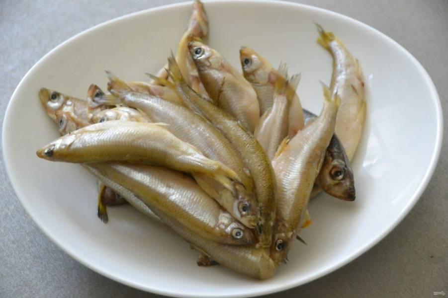 Очистите корюшку от голов и внутренностей. Некоторые питерцы предпочитают готовить рыбку целиком, не очищая, это дело вкуса.
