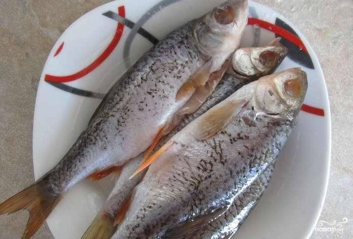 Рыбу хорошенько промываем. Удаляем глаза, жабры и внутренности. Обязательно нужно удалить жабры, они выделяют при варке сильную горечь.