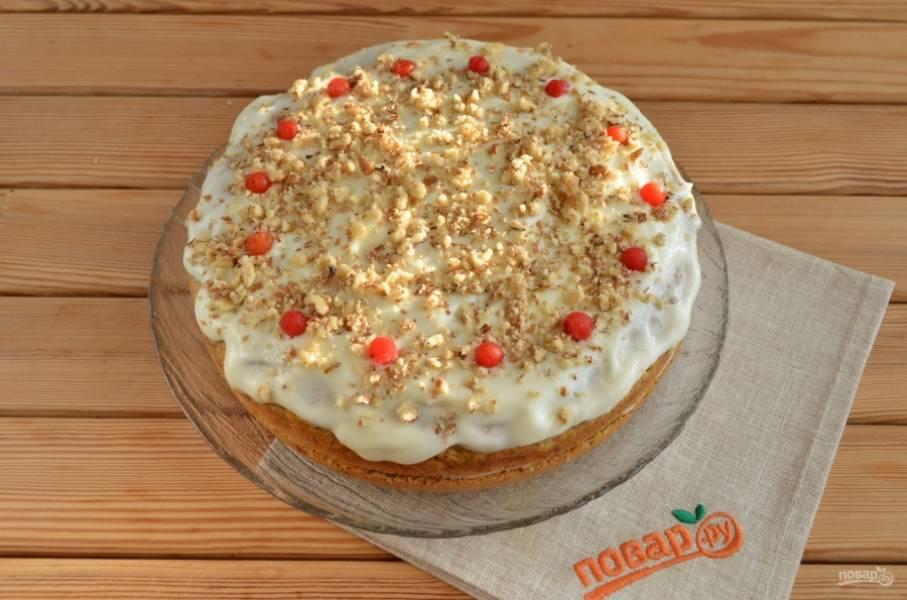 Украсьте торт дроблеными орехами и любыми ягодами. Дайте в холоде пропитаться минимум 2 часа. Приятного!