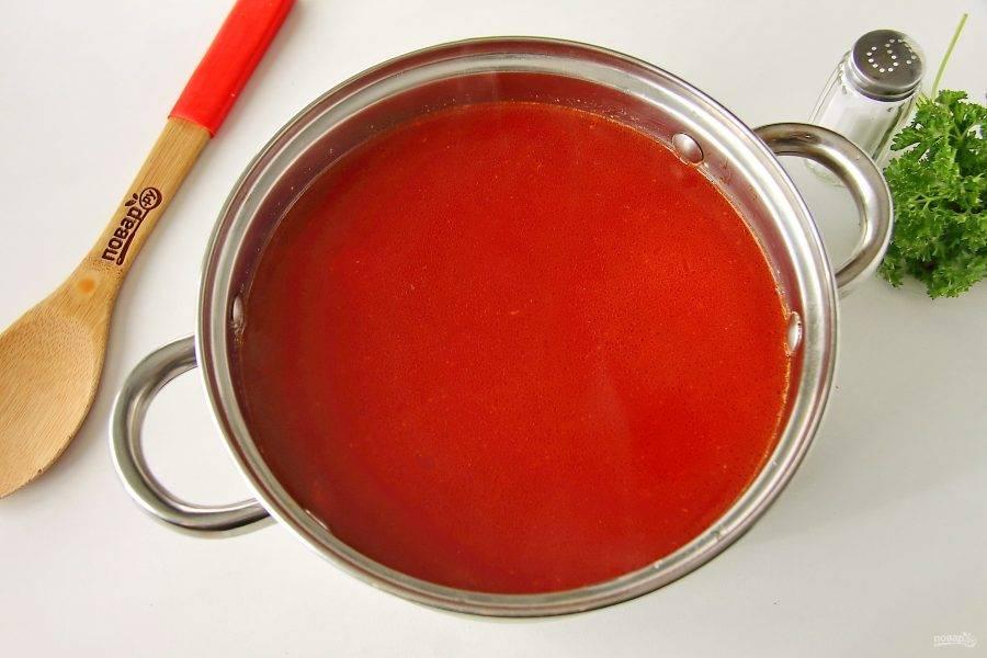 В кипящий бульон добавьте картофель и варите при слабом кипении до полуготовности. Затем добавьте овощную поджарку со сковороды, перемешайте, откорректируйте на соль и продолжайте варить все вместе до полной готовности всех ингредиентов.
