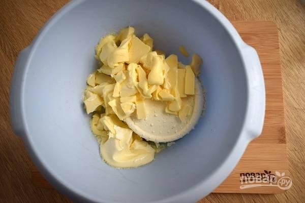 Духовку включите на 180 °C. Подготовьте необходимые продукты. Сливочное масло заранее выньте  из холодильника. Соедините очень мягкое масло с творогом и пробейте блендером до однородной массы.