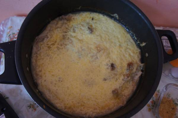 Еще минут 10 запекайте. Можно просто выключить духовку, но оставить там блюдо, чтобы сыр расплавился.