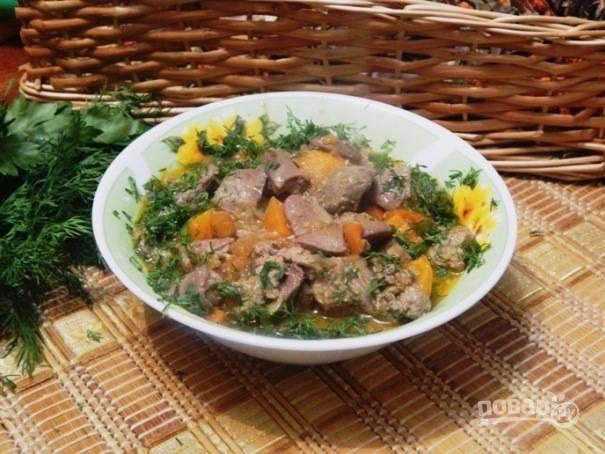 Готовый куирдак выкладываем в тарелки и щедро посыпаем зеленью. Приятного аппетита!