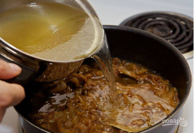 4. Залейте лук бульоном, добавьте соль по вкусу, смешайте все и доведите до кипения. Затем накройте крышкой и уменьшите тепло, держите 30-40 минут.