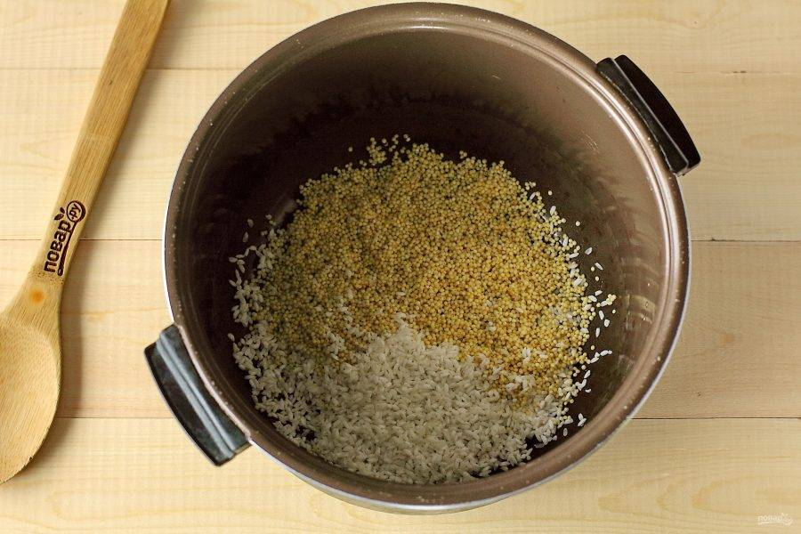 Пшено и рис тщательно промойте под проточной водой и переложите в чашу мультиварки.