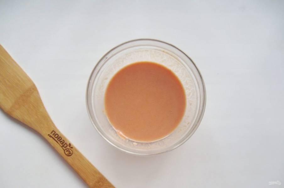 Перемешайте сметану, томатную пасту и муку, чтобы не было комочков. Налейте 250-300 мл. воды. Добавьте соль и сахар по вкусу.