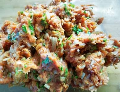 3. Приготовьте начинку. Для этого смешайте мясной фарш, соль, перец, измельченную петрушку, отваренный до полуготовности рис. Обжарьте на масле нарезанный кубиками лук до мягкости и также добавьте в фарш.