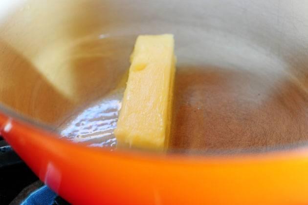 Растопить масло в кастрюле.