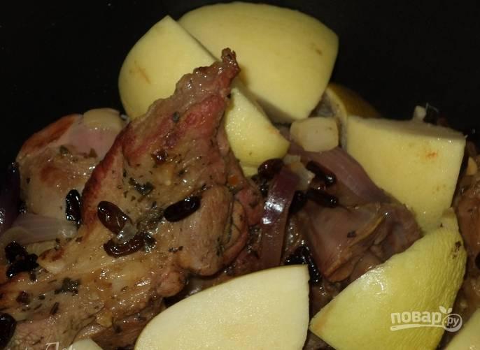 Вливаем 30 мл соевого соуса. Томим мясо на медленном огне до готовности. В самом конце добавляем айву, порезанную дольками. Тушим еще 10 минут.
