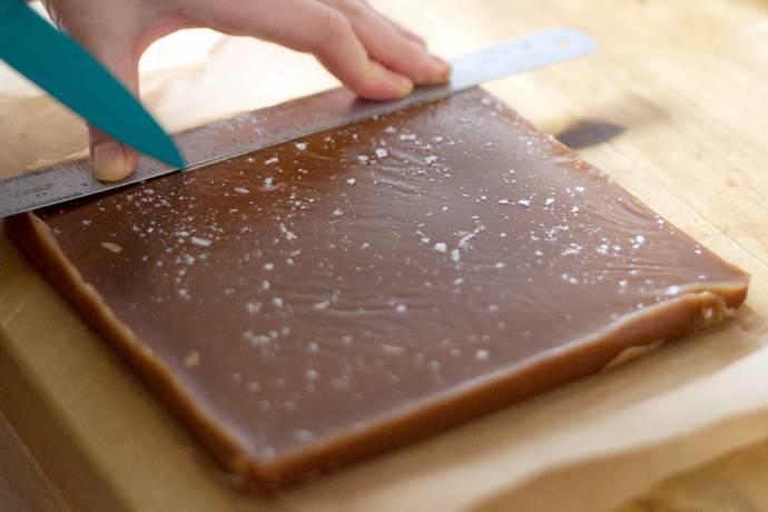 8. Затем можно аккуратно нарезать получившийся пласт на небольшие кусочки.