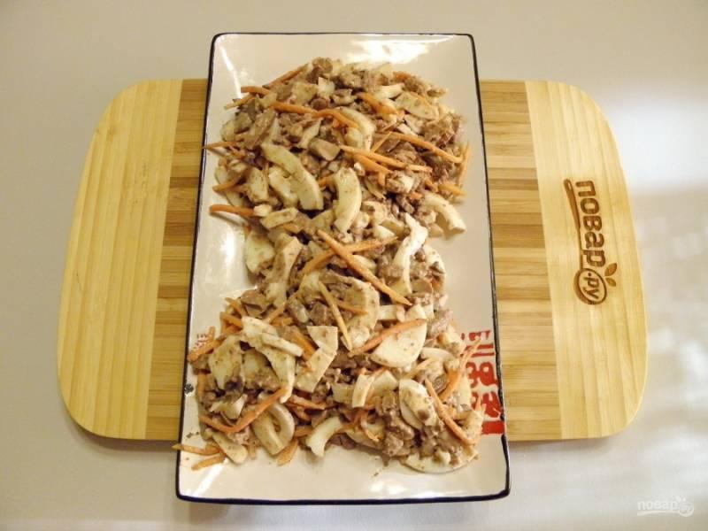 Возьмите прямоугольное или овальное блюдо. Выложите салат, стараясь придать силуэт головы петушка.