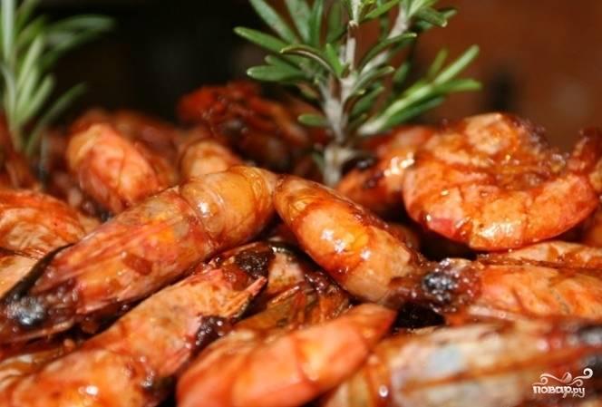 Креветки будут готовы, когда вся жидкость из сковородки полностью испарится. Подавайте их горячими с белым вином или холодным пивом.