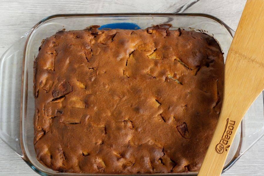 Наш пирог готов. Остудите, украсьте сахарной пудрой, разрежьте порционно и подавайте к столу.