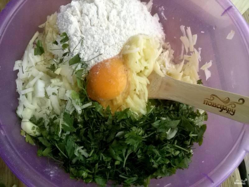 Добавьте яйцо, муку, перец и соль по вкусу. Перемешайте все ингредиенты.