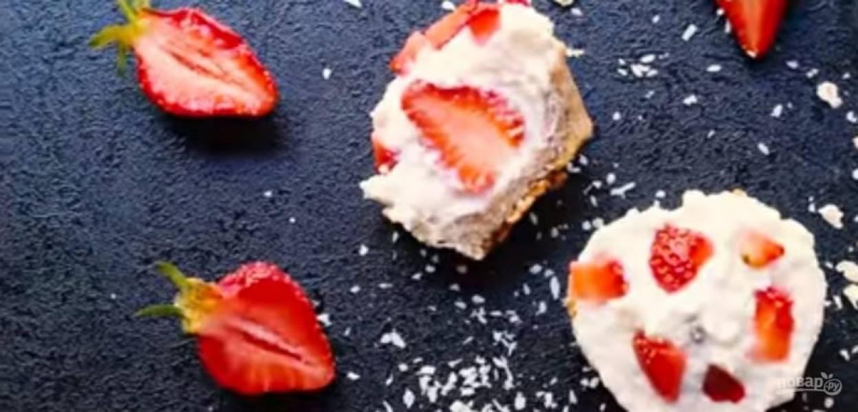 4.  Отправьте десерт в холодильник на несколько часов. Выньте десерт из холодильника за 15 минут перед подачей.  Приятного аппетита!